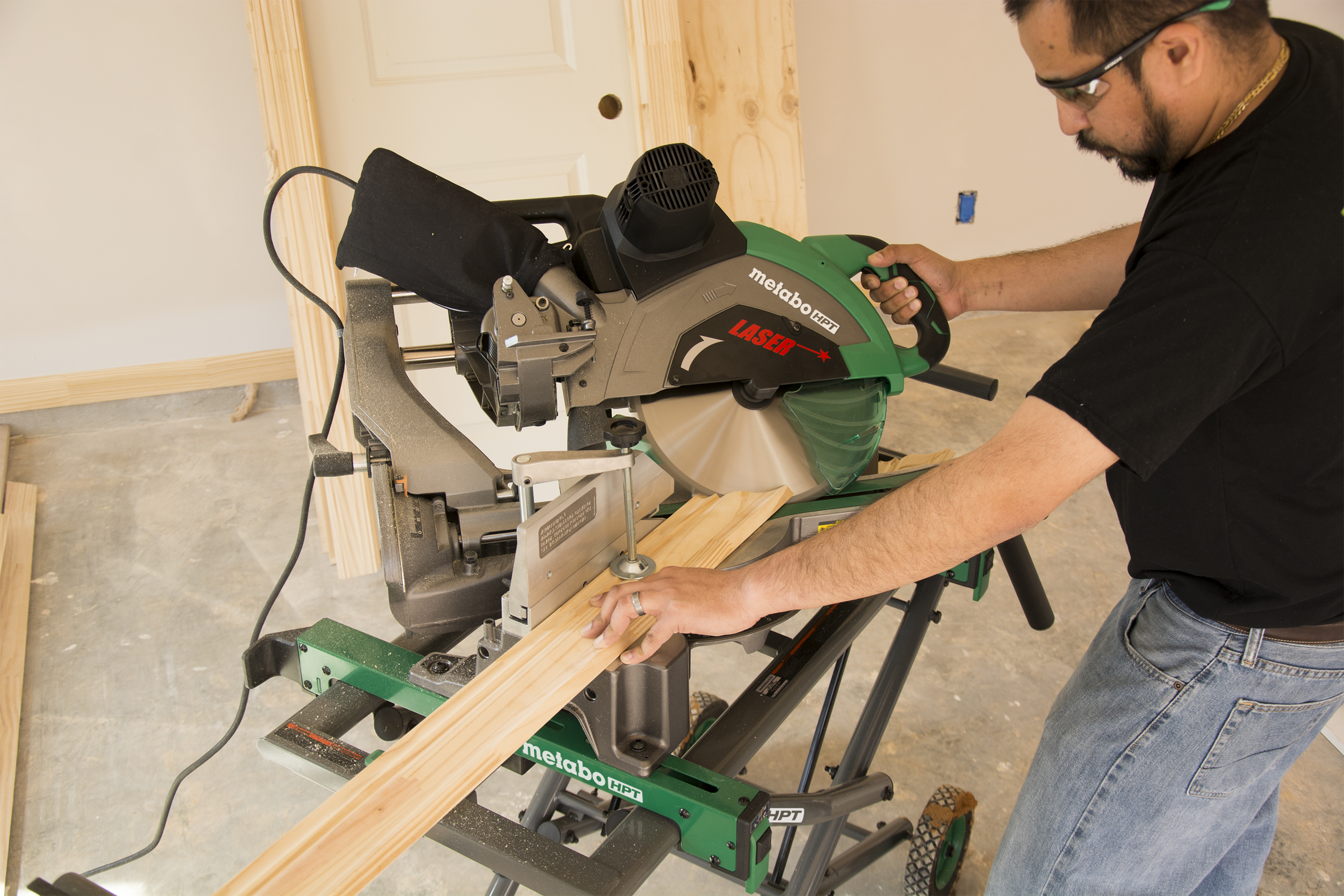 C12RSH2m Miter Saw ACTION